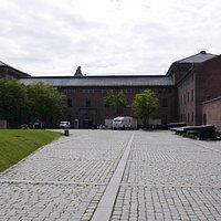 Armed Forces (Verteidigungs-) Museum im Hintergrund