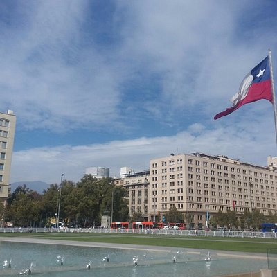 Bandera inmensa frente a Casa de gobierno