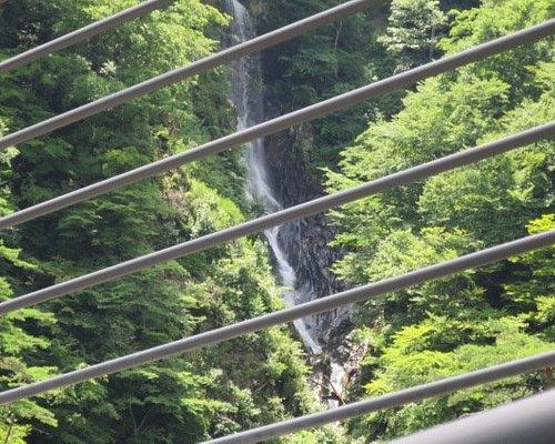 道の駅から徒歩で橋の端までいくと見られる「不動の滝」