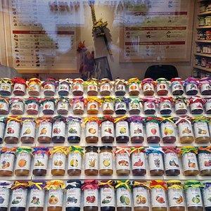 Mehr als 125 verschiedene Marmeladen, Fruchtaufstriche, Chutneys