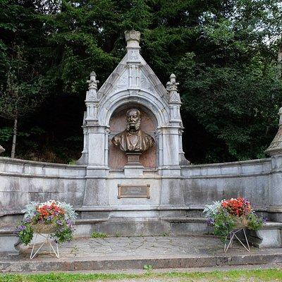 Mooi monument, maar de omgeving maakte meer indruk op mij. Als je verder loopt wordt je beklomme