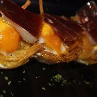 Nidos de huevos con jamón ibérico