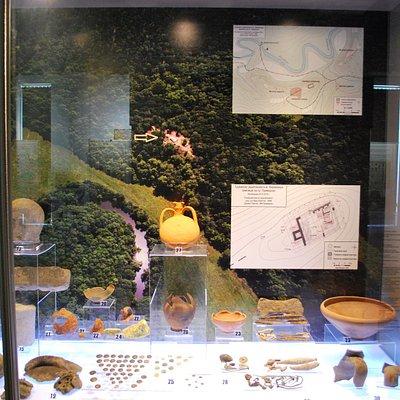 Экспонаты с раскопок в Фармакиде с планом крепости в районе р.Ропотамо
