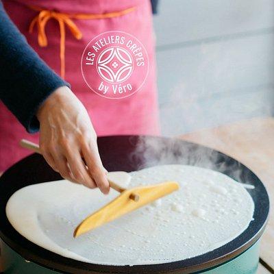 Apprenez à faire des crêpes avec Véronique, crêpière pédagogue. Learn how to make crêpes with Vé