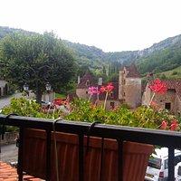 Magnifique vue de la ville d'Autoire de la terrasse du restaurant