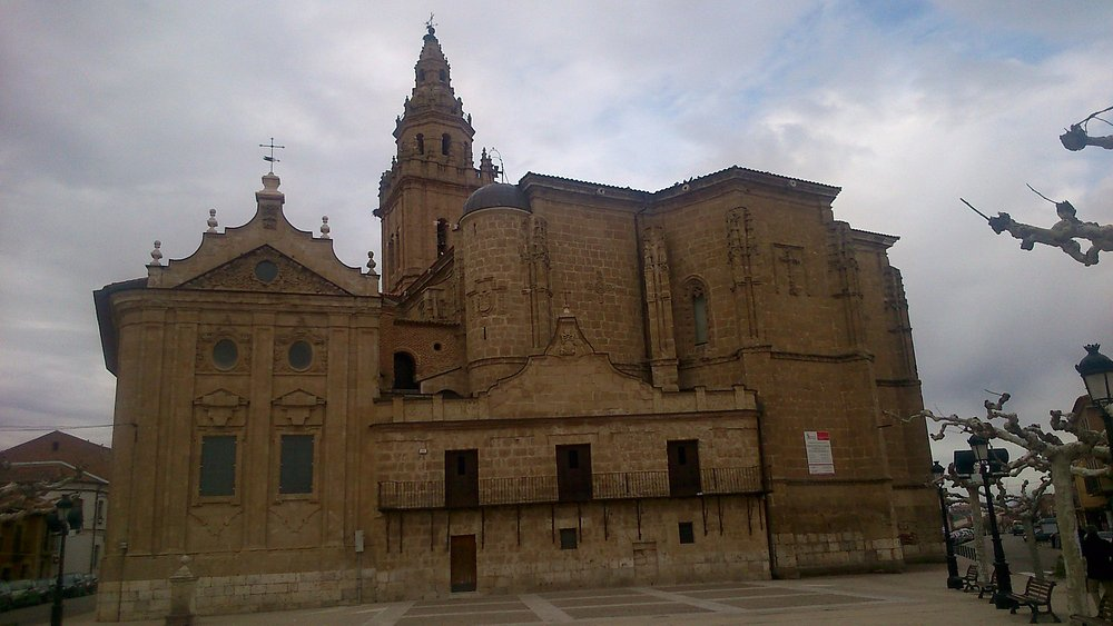 Impresionante vista de la fachada sur de la Iglesia.