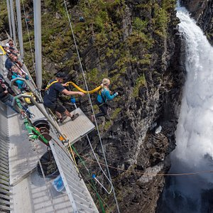 Bungee jumping in spectacular surroundings