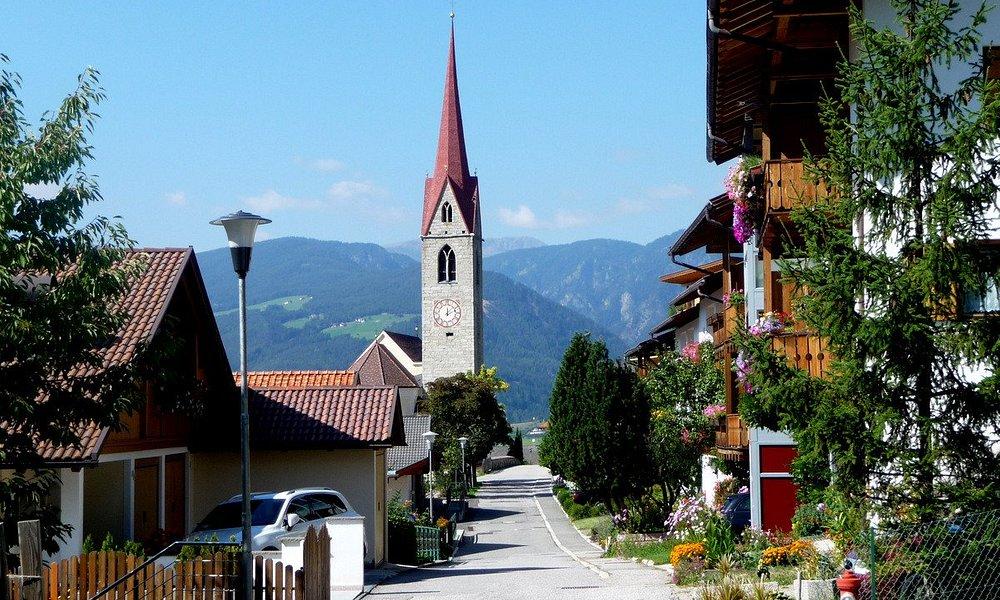Villnösser Tal: Ortschaft (Teil) Teis mit Kirche
