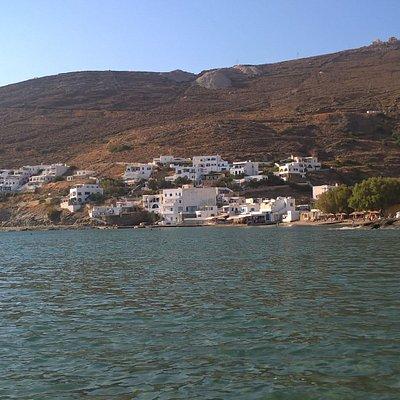Ο οικισμός του όρμου από την ακτή.