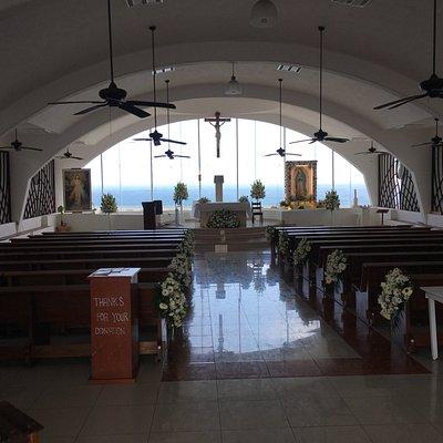 Dentro da Igreja vista para o altar