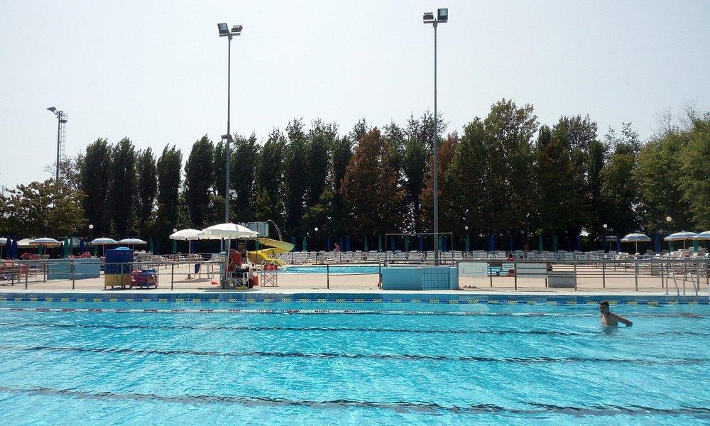 Le due piscine all'interno, una per il nuoto e l'altra dotata di idromassaggio.