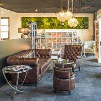 Gemütliche Lounge mit Blick auf das Treiben vor dem Stadttor.