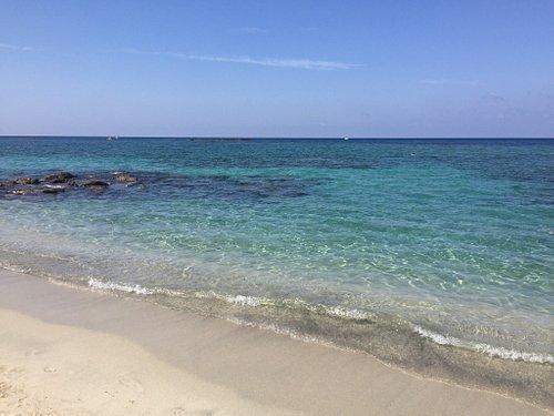 Paradiesischer Strand, weißer feiner Sand, kristallklares Wasser mit karibischen Farben. Ein Ort