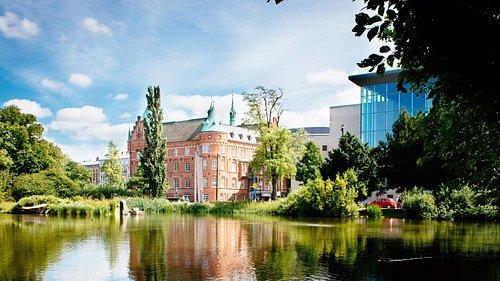 Malmö stadsbibliotek på sommaren. Foto: Erik Leo