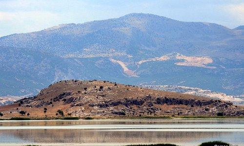 Yarışlı gölünde yarım ada ve tepe