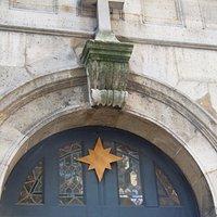 Détail de la porte d'entrée du clocher