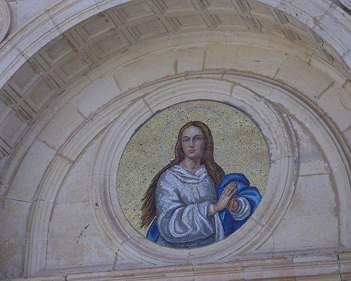 Uno dei mosaici sulla facciata della Chiesa