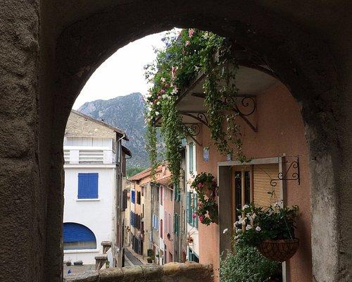 La vielle ville : porche au dessus de la place des arts