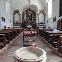 Taufbrunnen mit Blicke auf den Altar