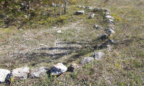 Uno dei circoli di pietra che delimitavano i tumuli