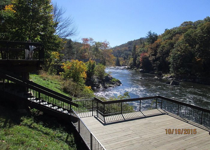 along the road to Fallingwater is a beautiful park