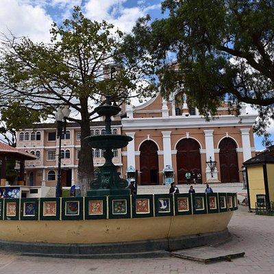 Plaza de la Independencia vista hacia la Iglesia de San Sebastián,