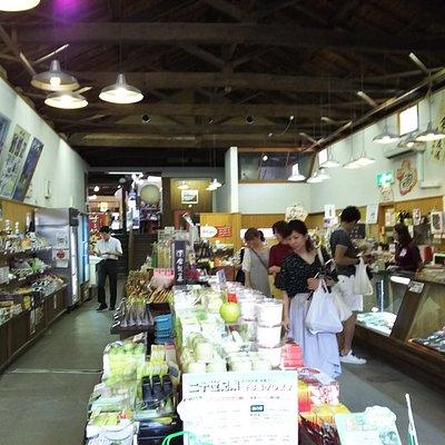 赤瓦一号館の一階、奥に進むと小さな店が並ぶ二階
