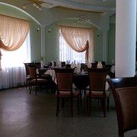 Круглый зал ресторана вообще-то светлый, это сделанное на телефон фото темное получилось