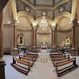 Sobria ed elegante l'architettura dell'interno, con un abbinamento sofisticato di materiali e co
