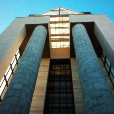 Particolari architettonici della facciata principale .