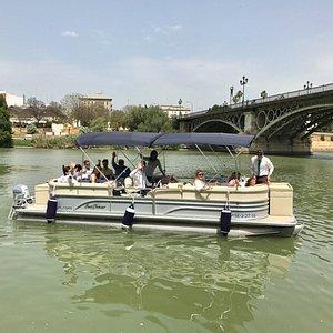 Conoce Sevilla desde el río con un guía profesional.