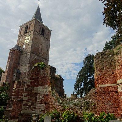-Ruine De Oude Toren; ruine 17de eeuwse kerk en toren uit 1500-