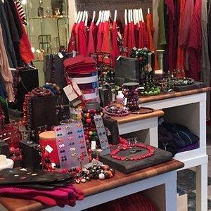 lille udsnit af butikkens mange ting - her ses mest i rødt men farveskalaen er stor