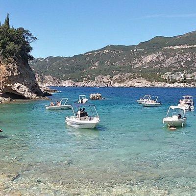 troppe barche al pomeriggio, raggiungete la spiaggia a piedi!!