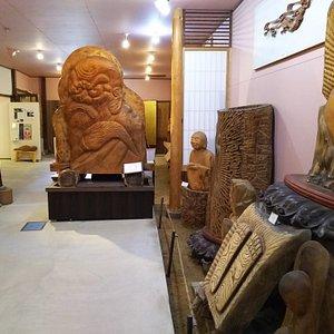 焼杉彫刻の仏像などが並ぶ