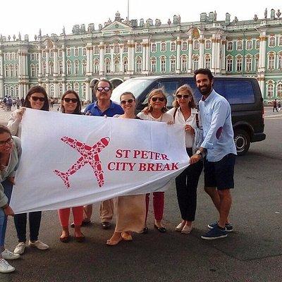 Los viajeros de Mardrid explorando San Petersbrugo y sus alrededores.