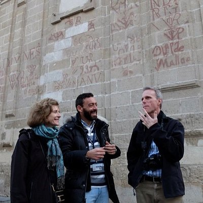 ToursByLocals guide Manuel with a pair of travellers to Seville.
