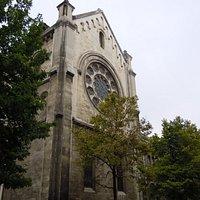 Latéral de l'église avec un transept et grande rosace