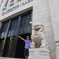 中国銀行ビルの入口にて