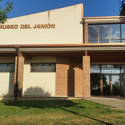 Acceso al museo del Jamón