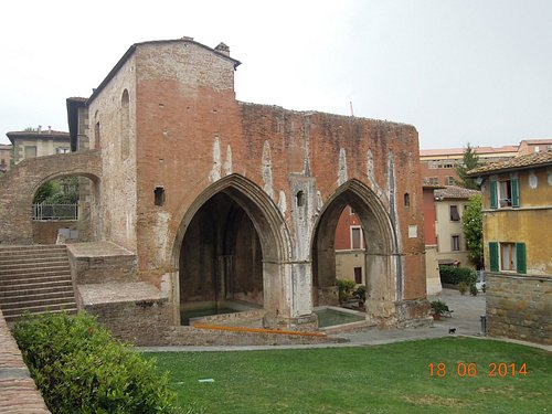 Two arches on the side and one at the end