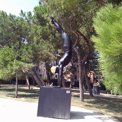Скульптура Кэрол Фейерман в парке Венеции