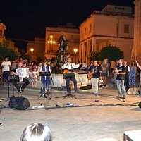 Ogni anno in questa piazza si organizza il folk festival Siciliano. Attrazione per i giovani.