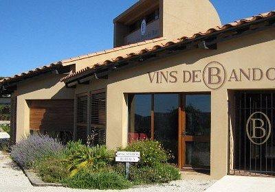 Siège de l'Organisme de Défense et de Gestion (ODG) des Vins de Bandol. En été, vente et dégusta
