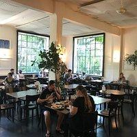 Großer Innenraum des Cafes