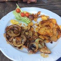 Holzfällersteak mit Bratkartoffeln und Salat vorher