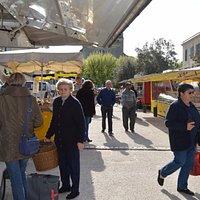 Marché du lundi à Castillon-la-Bataille, place Boyer-Andrivet