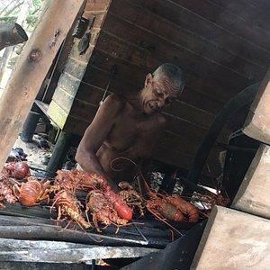 Polo, el náufrago de la isla cocinando sus fabulosas langostas.