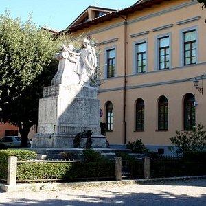 Piazza con monumento e biblioteca