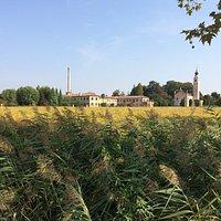 La filanda, la chiesetta, il piccolo convento: paesaggio intatto